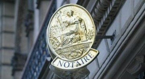 De Franse notaris biedt ook huizen aan