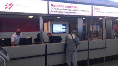 Paspoortbalie op Schiphol voor Nederlanders in het buitenland