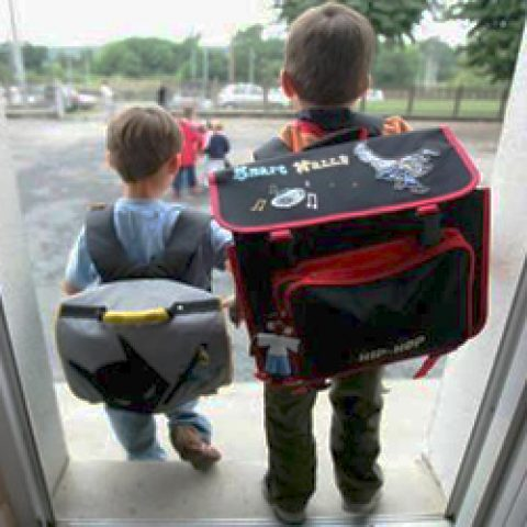 Franse scholieren torsen te zware schooltassen
